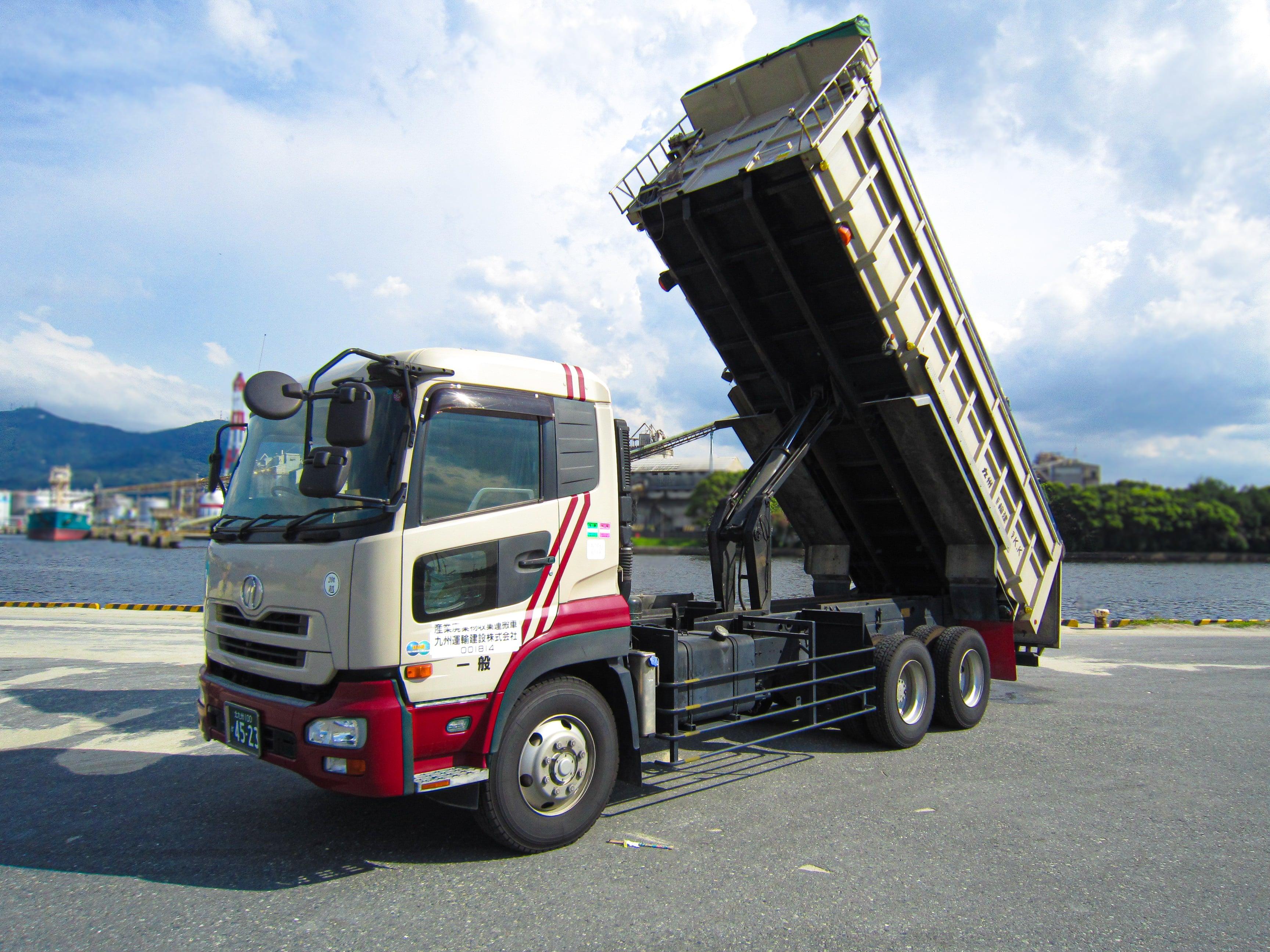 工場構内で原材料を10tダンプ車に積み込む|採用情報|九州運輸建設株式会社|北九州市