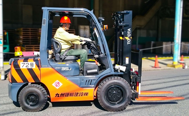 包装荷役事業で化学製品・原料の仕込み、充填、包装、持替・出荷の請負作業を行う|九州運輸建設株式会社|北九州市